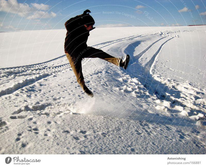 KÜHL-MAN 1 Farbfoto Außenaufnahme Textfreiraum unten Tag Schatten Kontrast Sonnenlicht Zentralperspektive Wegsehen Freizeit & Hobby Spielen Winter Schnee Mensch