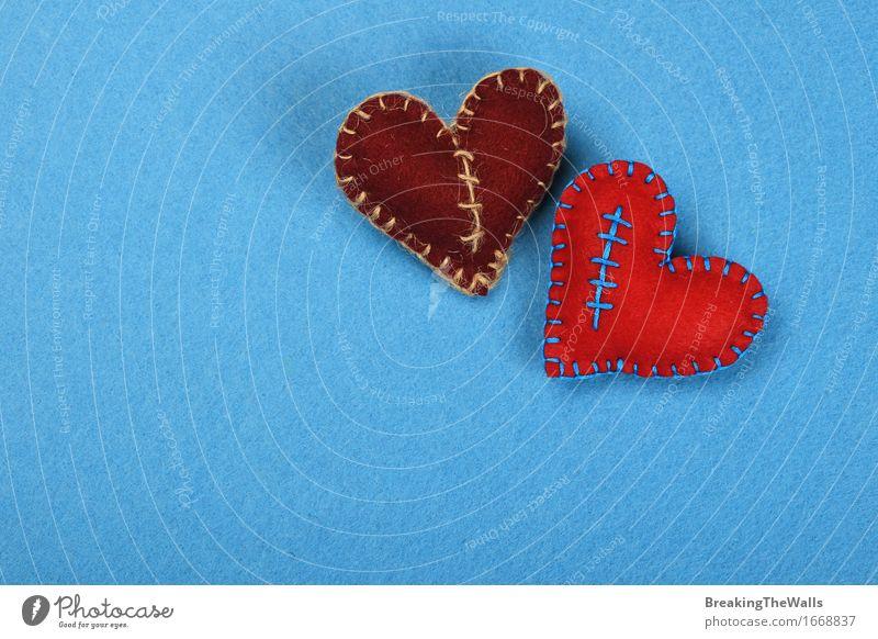 Zwei genähte Filzherzen, rot und braun zusammen auf Blau Freizeit & Hobby Handarbeit Valentinstag Hochzeit Kunst Kunstwerk Spielzeug Herz Liebe Ferne
