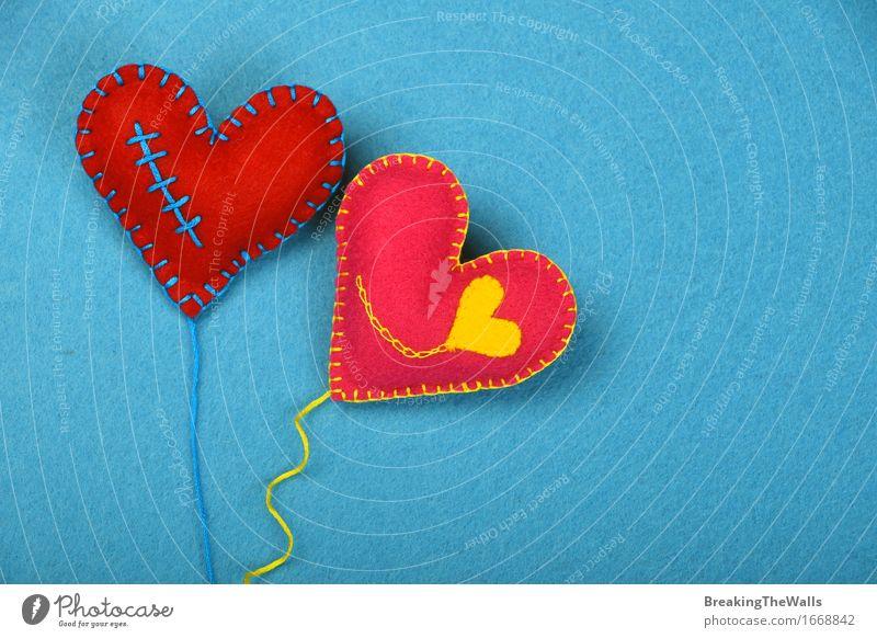 Zwei handgemachte Filzherzen mit Faden, Rot und Rosa auf Blau Freizeit & Hobby Handarbeit Valentinstag Kunst Kunstwerk Spielzeug Luftballon Herz Schnur Liebe