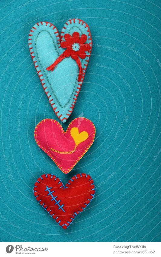 Drei genähte Spielzeugherzen, rosa, rot und blaugrün auf blauem Filz Freizeit & Hobby Handarbeit Valentinstag Muttertag Kunst Kunstwerk Herz Liebe Zusammensein