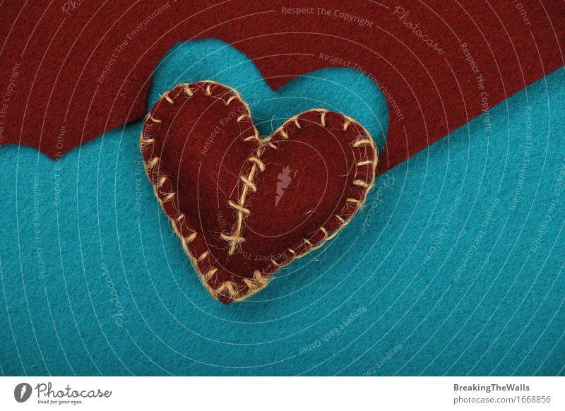 Ein handgemachtes braunes genähtes Spielzeugherz mit ausgeschnittenem blauem Filz Freizeit & Hobby Handarbeit Kunst Kunstwerk Stoff Herz Schnur Liebe Romantik
