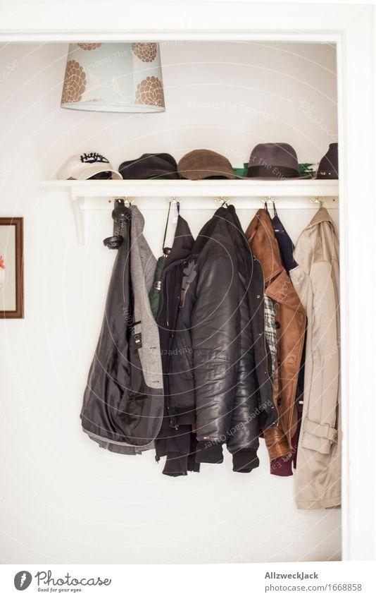 Männergarderobe Bekleidung Jacke Mantel Leder Hut Mütze authentisch einzigartig Kleiderhaken Herrenmode Flur Ankleidezimmer Lederjacke Trenchcoat Farbfoto
