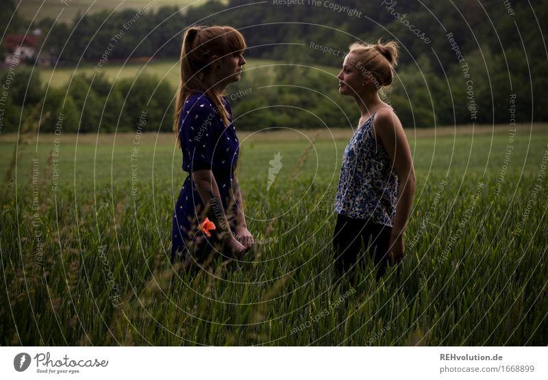 gegenüber Mensch Frau Natur Jugendliche schön grün Landschaft dunkel 18-30 Jahre Erwachsene Umwelt feminin Zusammensein Freundschaft Feld Kommunizieren