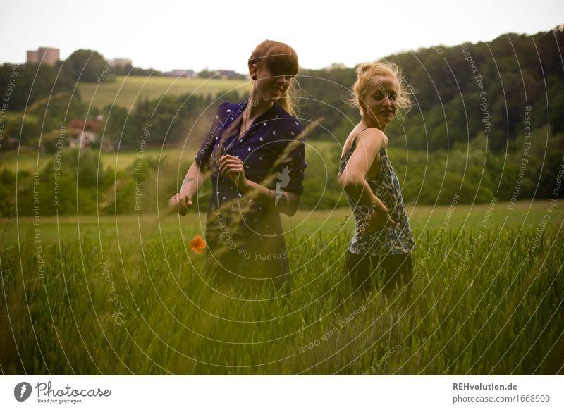 kann mal jemand den himmel | blau machen ? Mensch feminin Junge Frau Jugendliche 1 18-30 Jahre Erwachsene Umwelt Natur Landschaft Gras Feld Haare & Frisuren