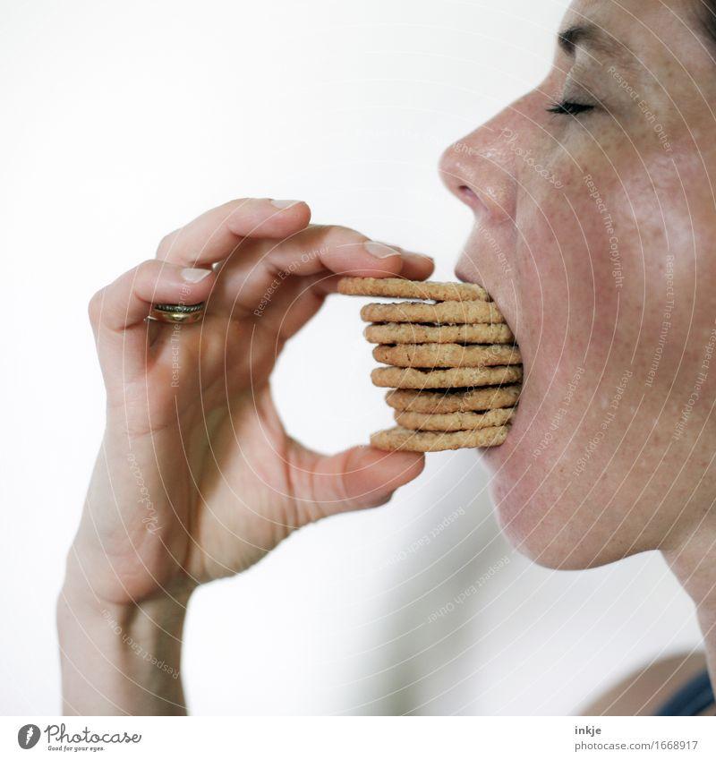 Frau isst einen Stapel Kekse Teigwaren Backwaren Süßwaren Ernährung Essen Erwachsene Leben Gesicht Hand 1 Mensch 30-45 Jahre festhalten viele Gefühle Völlerei