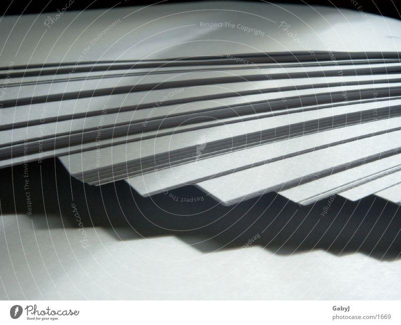 papier Papier Papierstapel Licht Zacken Ecke weiß schwarz unordentlich Blatt Dinge paper staples Schatten light white black Ordnung Sammlung
