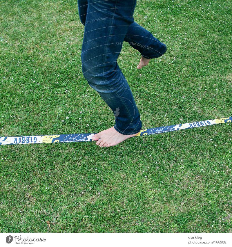 slackline Freizeit & Hobby Sport Mensch Beine Fuß Garten gehen laufen sportlich trendy einzigartig blau grün Freude Fröhlichkeit Coolness geduldig diszipliniert