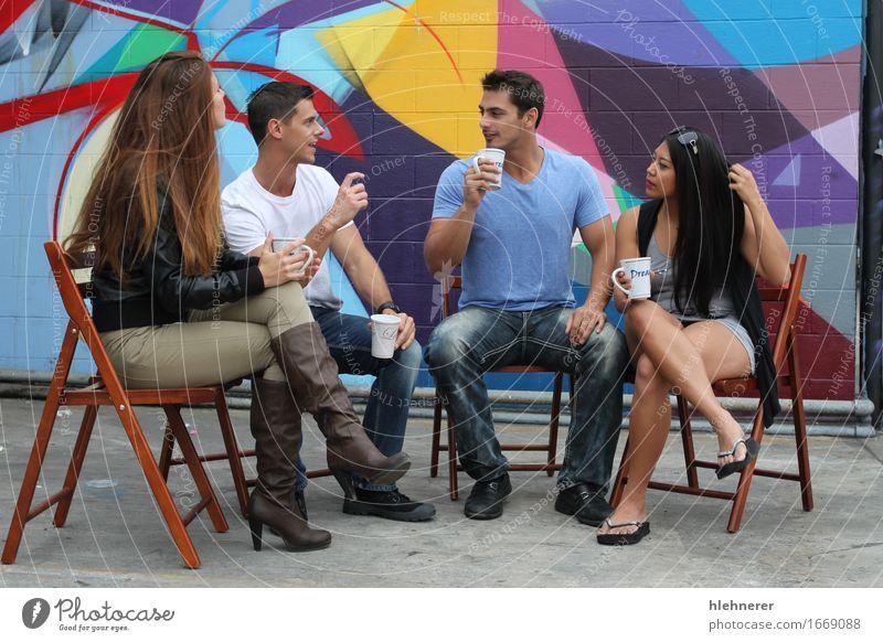 Pause trinken Kaffee Tee Lifestyle Freude Glück schön Freizeit & Hobby Sitzung sprechen Mensch Mädchen Frau Erwachsene Mann Freundschaft Mode Bekleidung Lächeln