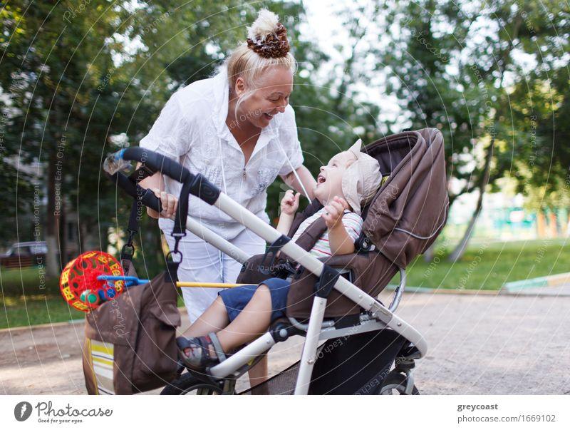 Oma, die mit ihrem Enkel im Pram spielt Mensch Frau Kind Natur Stadt alt Sommer schön weiß Freude Erwachsene Gefühle Lifestyle Junge Familie & Verwandtschaft