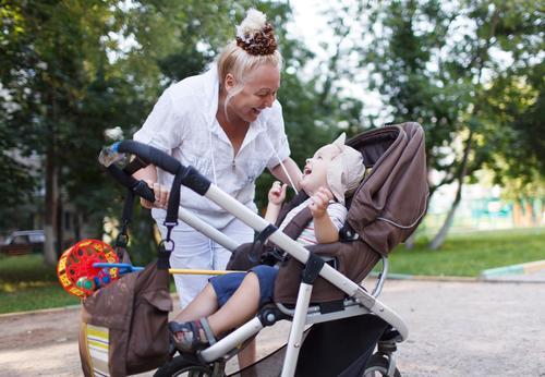 Oma spielt mit ihrem Enkel im Kinderwagen im Garten. Lifestyle Freude Glück schön Spielen Mensch Baby Junge Frau Erwachsene Weiblicher Senior Mutter Großvater
