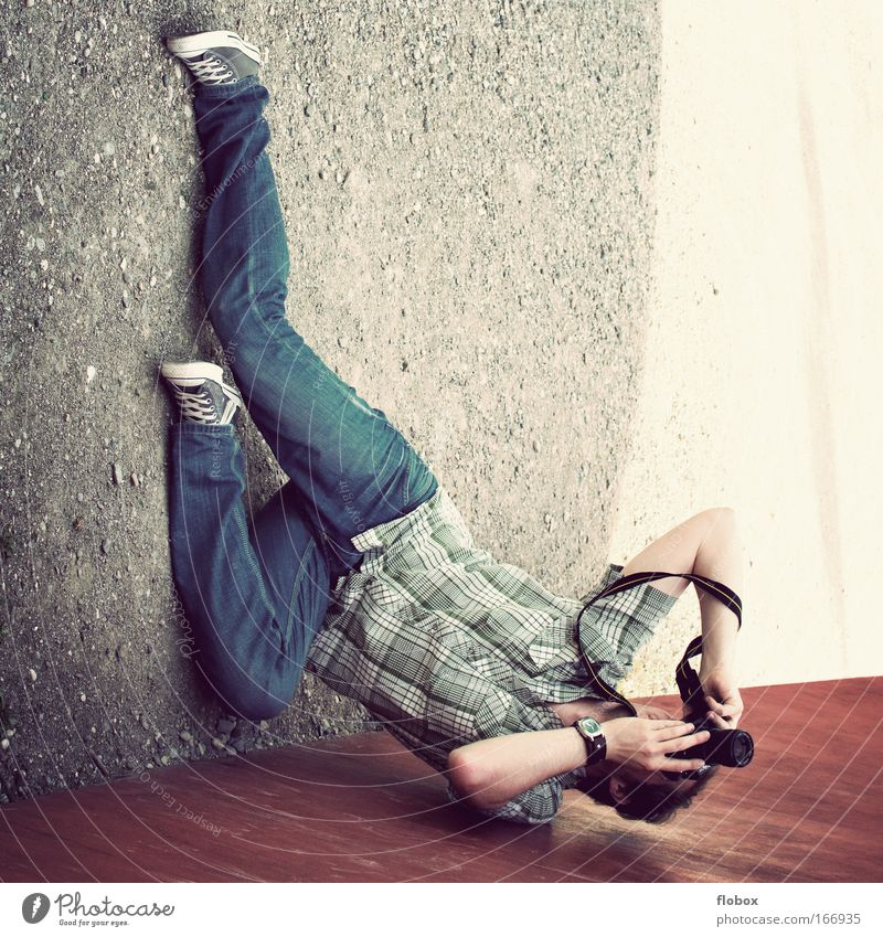 [MUC-09] Voller Einsatz II Mann Freude Beruf Fotografie Erwachsene Perspektive Boden liegen Fotokamera Leidenschaft sportlich Fotograf falsch Artist Fotografieren