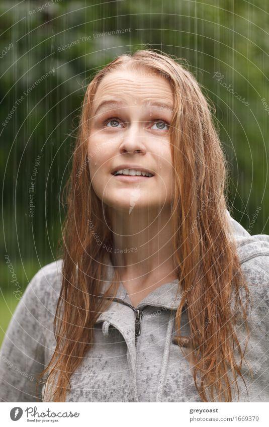 Mädchen, das Regen im Park genießt. Mensch Frau Natur Jugendliche Sommer schön Junge Frau Freude 18-30 Jahre Gesicht Erwachsene Herbst Lifestyle Glück Garten