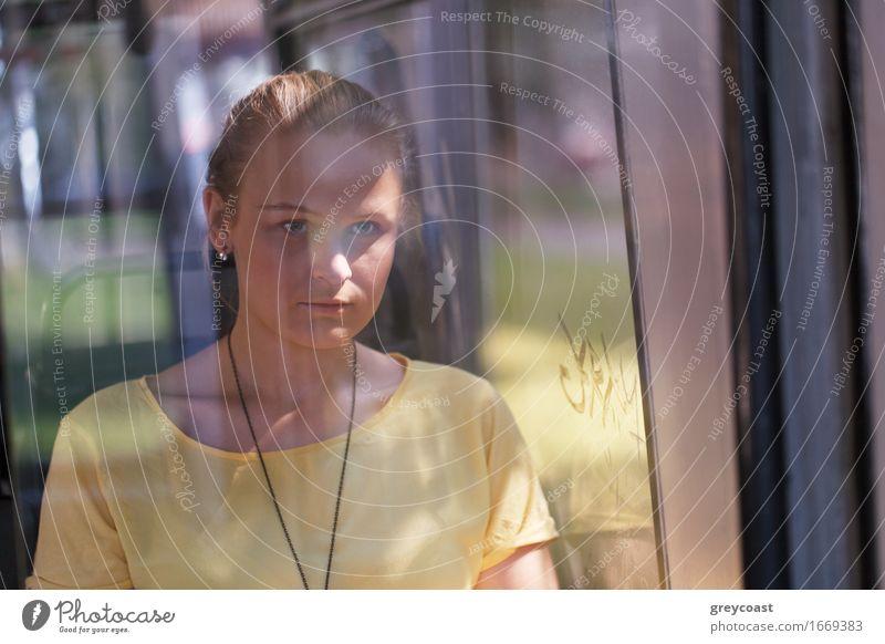 Junge Frau in Gelb reitet den Bus Lifestyle schön Gesicht Ferien & Urlaub & Reisen Mensch Mädchen Jugendliche Erwachsene 1 18-30 Jahre Herbst Verkehr Busfahren