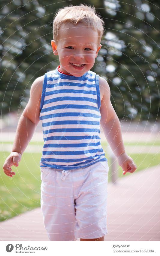 Portrait des lächelnden glücklichen Jungen Mensch Kind Natur Mann blau Sommer schön grün weiß Freude Gesicht Erwachsene Lifestyle Spielen Glück