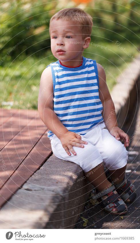Porträt eines dreijährigen Jungen, der auf dem Bordstein sitzt und nach links schaut Lifestyle Gesicht Sommer Kind Mensch Baby Kleinkind Kindheit 1 1-3 Jahre
