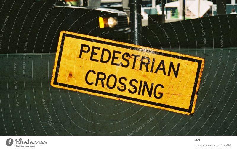 Pedestrian crossing gelb Dinge Amerika Straßennamenschild
