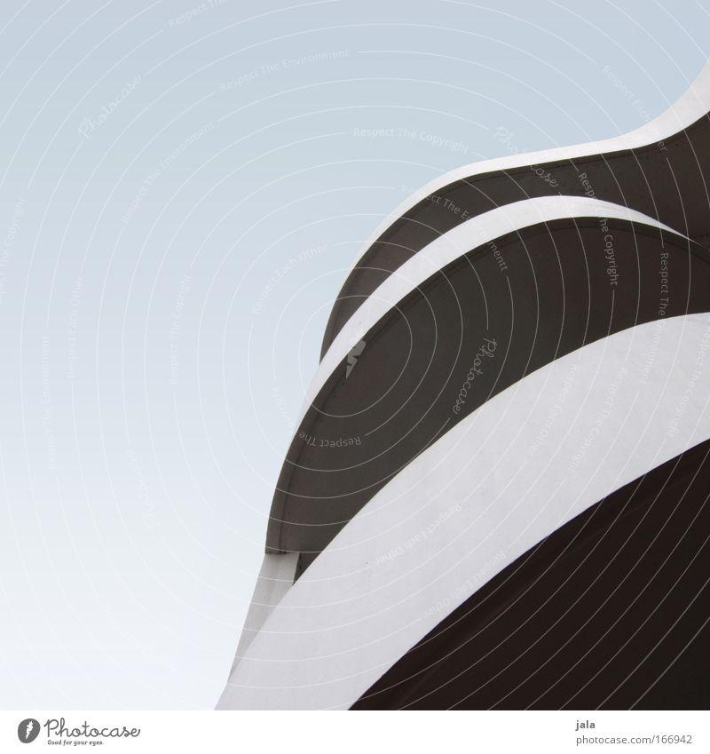 twisting II Himmel blau schwarz Architektur grau Gebäude Beton hoch ästhetisch außergewöhnlich Bauwerk abstrakt