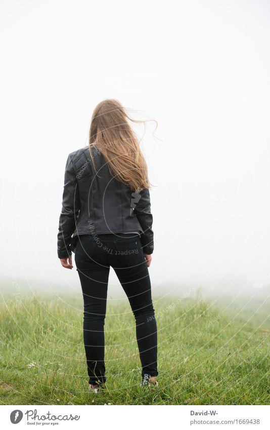 Wo bin ich Mensch Frau Natur Jugendliche Junge Frau Erholung Erwachsene Leben Wiese feminin Nebel Angst blond Wind beobachten Vergangenheit