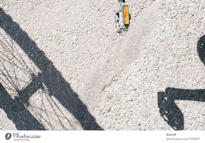 aNtreten Fahrrad Verkehr Verkehrsmittel Personenverkehr Fahrzeug Bewegung fahren einzigartig nachhaltig positiv rund grau Klima Mobilität sparsam Freude
