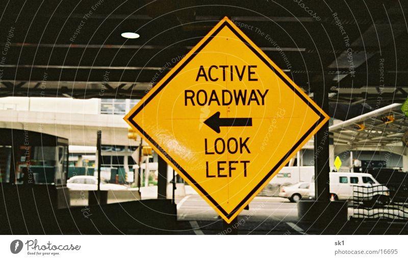 look left Straßennamenschild Amerika gelb Dinge active roadway Pfeil