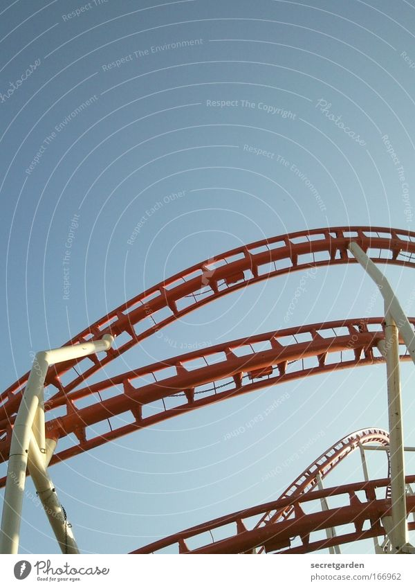höhenangst blau rot Sommer Freude Freiheit Bewegung Angst elegant hoch Geschwindigkeit verrückt Kindheitserinnerung Coolness fahren festhalten Schönes Wetter