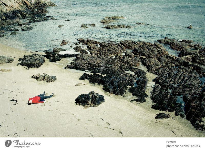 strandgut Mensch rot Meer Strand Einsamkeit Erholung Tod Sand Küste Traurigkeit träumen Zufriedenheit Felsen maskulin liegen schlafen