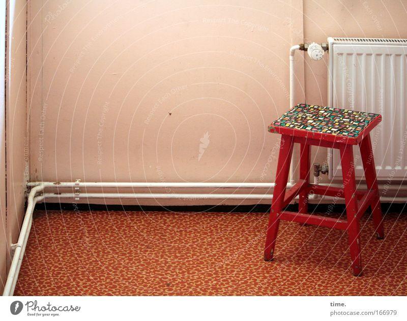 Statt Ofen Stuhl Hocker Heizkörper Heizung Temperaturregler Eisenrohr Röhren Leitung Ecke Knick rot Bodenbelag Raum leer bewohnt Folie weiß
