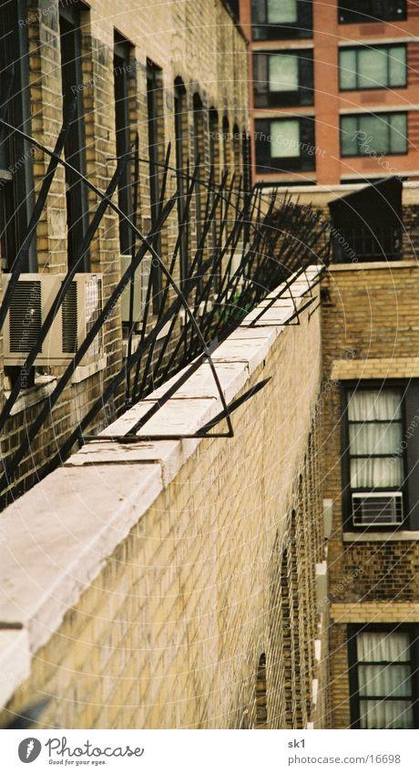 STAY OUT! Fenster Architektur Hochhaus Spitze New York City Gitter