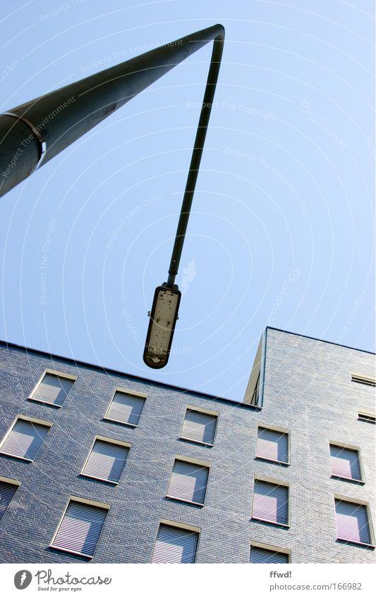 [PC-Usertreff Ffm]: Knick in der Optik Stadt ruhig Haus Lampe kalt Fenster Gebäude Architektur Hochhaus Fassade modern Laterne Bauwerk Straßenbeleuchtung