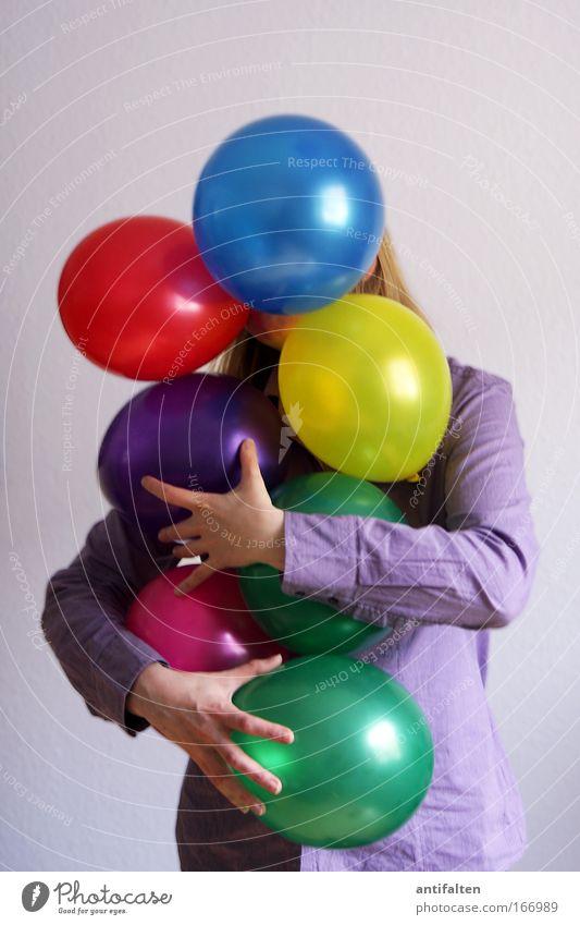 Ballonträgerin Mensch Frau blau grün rot Freude Erwachsene gelb feminin Spielen Glück Party Feste & Feiern blond außergewöhnlich glänzend
