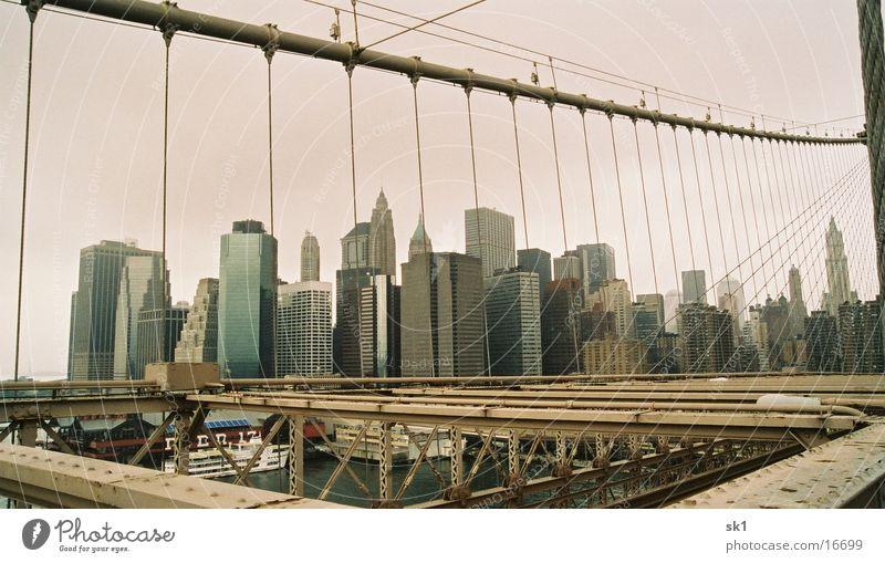 Wolkenkratzer hinter Gittern New York City Hochhaus Brooklyn Bridge Eisen filigran Architektur Wasser Metall Himmel