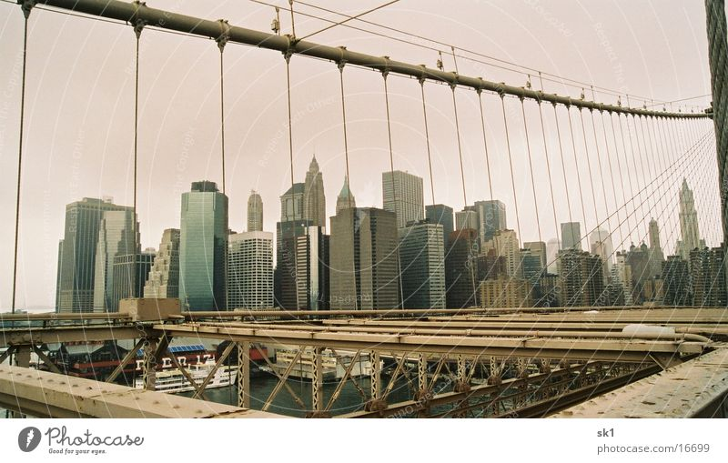 Wolkenkratzer hinter Gittern Wasser Himmel Metall Architektur Hochhaus New York City Eisen filigran Brooklyn Brooklyn Bridge