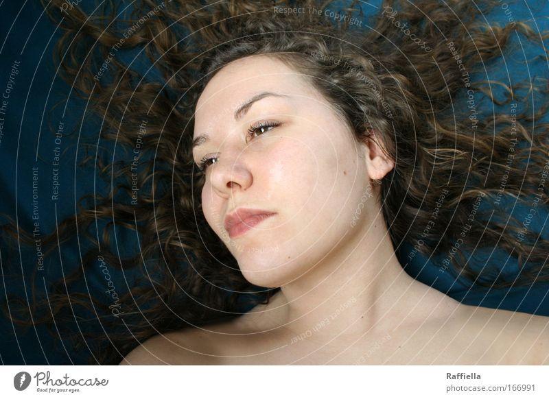 blown away Mensch Jugendliche ruhig Erholung feminin Haare & Frisuren träumen Erwachsene liegen brünett Locken harmonisch Wohlgefühl langhaarig Junge Frau