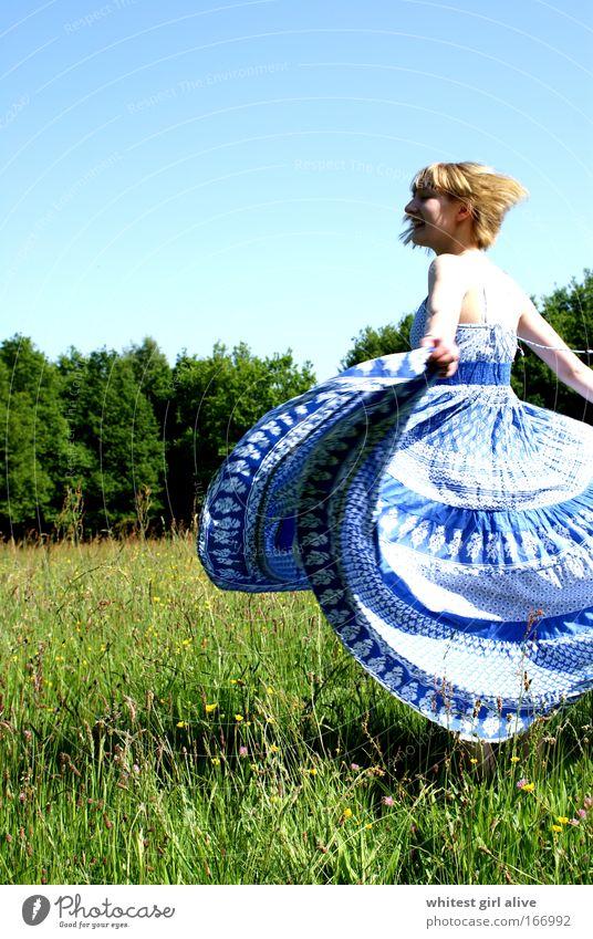 schwungvoll Mensch Jugendliche schön blau Freude Bewegung Glück lachen grau Frau Tanzen frei Fröhlichkeit dünn Lebensfreude leuchten