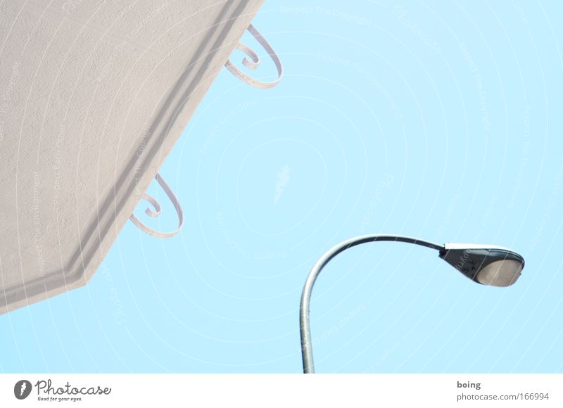 Stoßen Sie mich nicht, weil ich dem Rand nah bin Außenaufnahme Bühne Europa Haus Hochhaus Balkon Laterne Laternenpfahl Geländer Metallfeder Spirale blau
