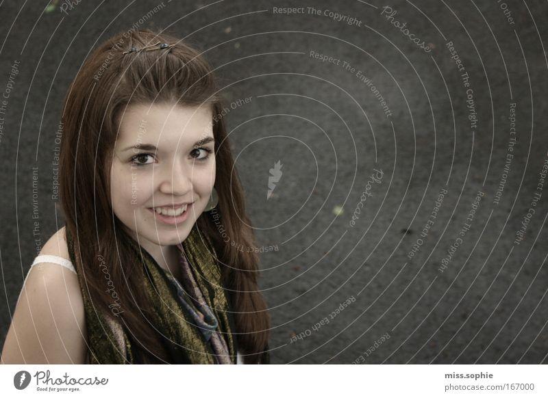 unersätzlich Farbfoto Außenaufnahme Textfreiraum rechts Tag Porträt Blick in die Kamera feminin Junge Frau Jugendliche Haare & Frisuren Gesicht 1 Mensch Schal