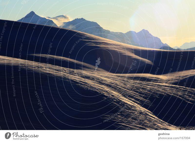 Wüstenschnee Farbfoto Gedeckte Farben Außenaufnahme Textfreiraum oben Morgendämmerung Tag Kontrast Lichterscheinung Sonnenlicht Zentralperspektive harmonisch