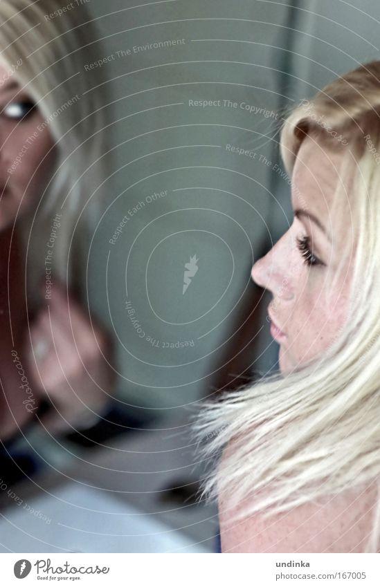 einfach blond Frau Mensch Jugendliche schön Gesicht Erwachsene Auge feminin Haare & Frisuren Zufriedenheit blond ästhetisch 18-30 Jahre Sauberkeit beobachten Spiegel
