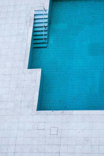Poooool. blau Sommer Wasser weiß Erholung Wand Wege & Pfade Mauer grau Schwimmen & Baden Linie Metall Treppe nass einfach Beton