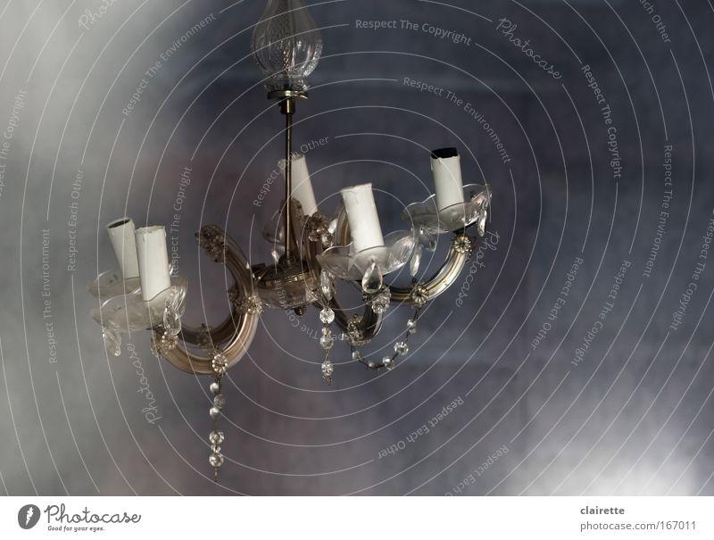 Licht: aus Gedeckte Farben Innenaufnahme Dämmerung Wohnung einrichten Innenarchitektur Lampe Wohnzimmer Leuchter Kronleuchter leuchten Häusliches Leben alt
