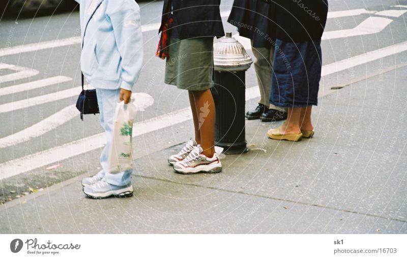 Beine Mensch Straße dunkel Menschengruppe Schuhe Beine hell warten Bürgersteig Warteschlange Wege & Pfade Bushaltestelle Hydrant