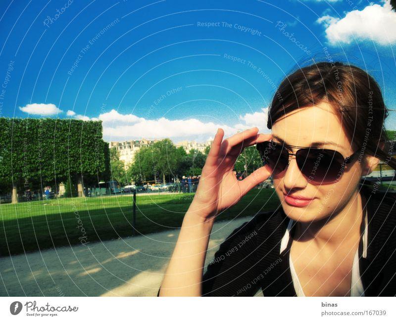 Mensch Jugendliche Himmel Pflanze Freude Gesicht Wolken Stil Gras Frühling Haare & Frisuren Park Mund Erwachsene Nase