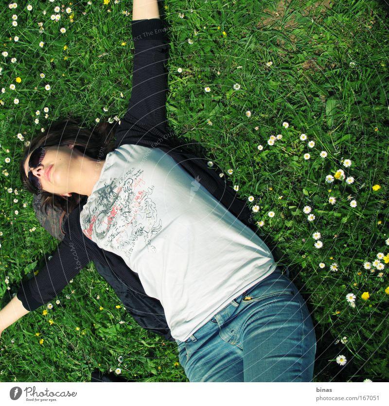 Freude Farbfoto Außenaufnahme Mensch Junge Frau Jugendliche Gesicht Lippen 1 Natur Frühling Schönes Wetter Gras Blüte Park Bekleidung T-Shirt Jeanshose Pullover