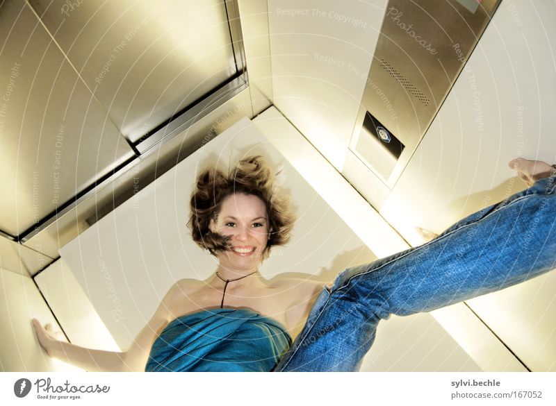 crazy Freude schön Leben Junge Frau Jugendliche Gesicht Lippen Beine Fröhlichkeit Lebensfreude Euphorie Kraft Tatkraft Neugier Fitness Fahrstuhl Lächeln hoch