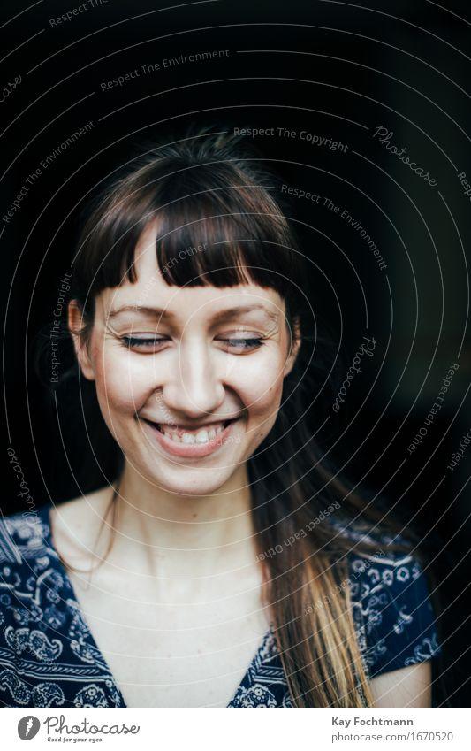 ° Wohlgefühl Zufriedenheit feminin Junge Frau Jugendliche Leben 18-30 Jahre Erwachsene brünett langhaarig genießen lachen Fröhlichkeit Gesundheit Glück schön