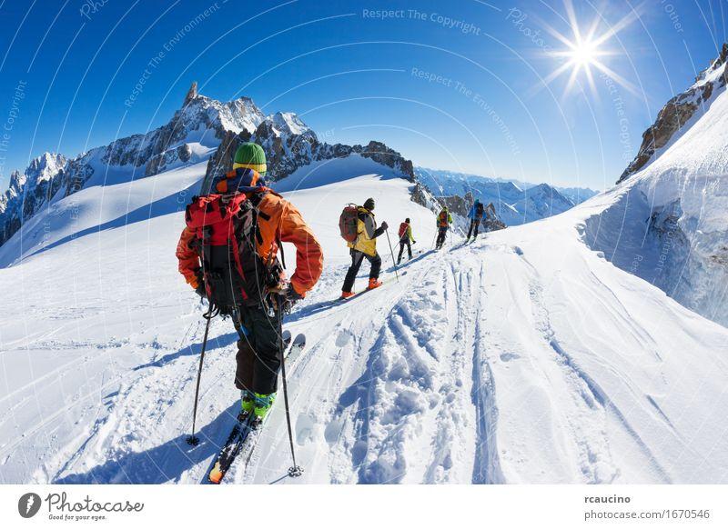 Eine Gruppe Skifahrer beginnen den Abstieg von Vallée Blanche, Chamonix Ferien & Urlaub & Reisen Ausflug Abenteuer Expedition Winter Schnee Berge u. Gebirge