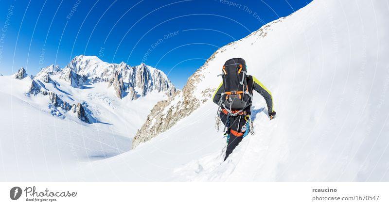 Mountaineer klettert einen schneebedeckten Gipfel. Chamonix, Frankreich, Europa. Mensch Natur Ferien & Urlaub & Reisen Mann weiß Landschaft Einsamkeit Winter