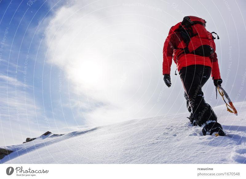 Mensch Himmel Natur Ferien & Urlaub & Reisen Mann weiß Landschaft rot Einsamkeit Wolken Winter Berge u. Gebirge Erwachsene Sport Schnee wandern