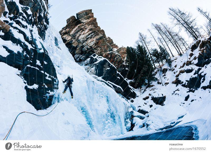 Eisklettern: männlicher Bergsteiger auf einem Eisfall Mensch Natur Ferien & Urlaub & Reisen Mann Farbe weiß Landschaft Einsamkeit Winter Berge u. Gebirge