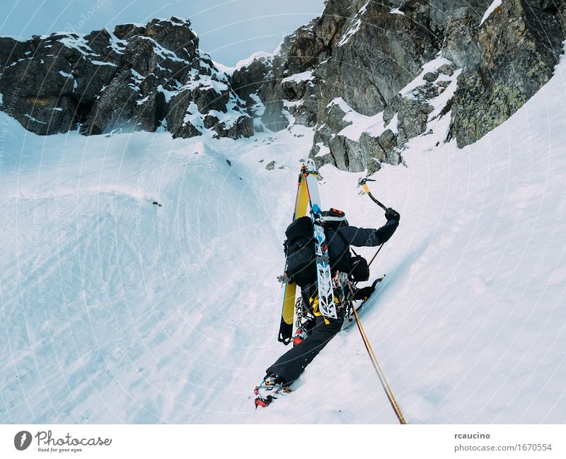 Eisklettern: Bergsteiger auf einer gemischten Route aus Schnee und Fels Ferien & Urlaub & Reisen Abenteuer Expedition Winter Berge u. Gebirge Sport Klettern